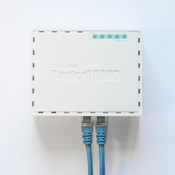 ROUTER MIKROTIK RB750GR3 800 MBTI/S COLOR BLANCO